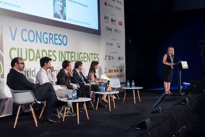 """La directora del Congreso, Inés Leal, moderó la mesa redonda """"Desarrollo Urbano e innovación: las nuevas tecnologías en la implementación de la Agenda Urbana 2030""""."""