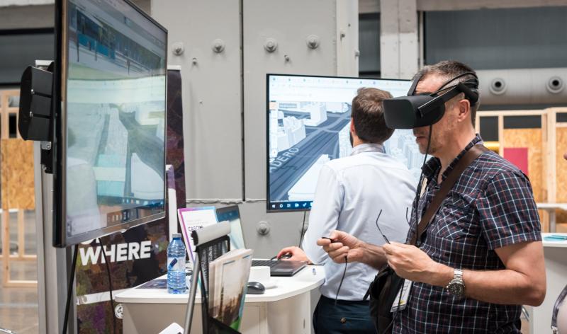 En los puntos de encuentro de las empresas patrocinadoras, los asistentes pudieron probar las últimas tecnologías para ciudades inteligentes.