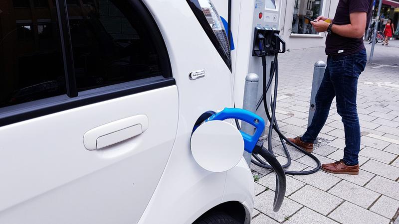 Un vehículo eléctrico enchufado en una estación de recarga. El objetivo final del piloto de recarga inteligente es crear una solución de carga inteligente a gran escala que se pueda implantar en todo el país.