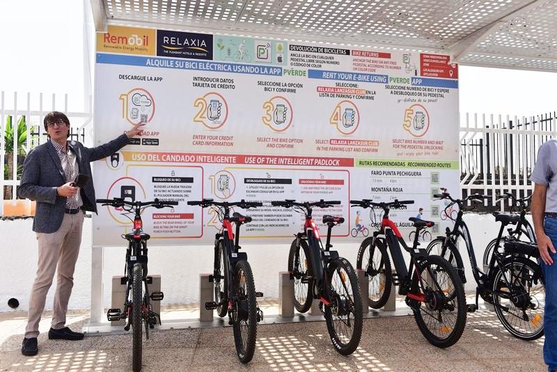 Presentación de la primera estación de préstamo y recarga de bicis eléctricas Remobil en Playa Blanca, Lazarote.