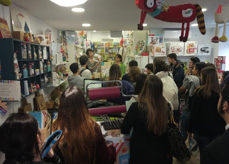 Un grupo de personas en una tienda.