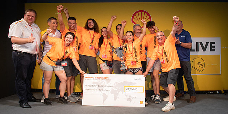 """El equipo del instituto alicantino I.E.S Cotes Baixes, ganador en la categoría de Prototipos eléctricos en la competición internacional """"Shell Eco-marathon"""" celebrada en Londres."""