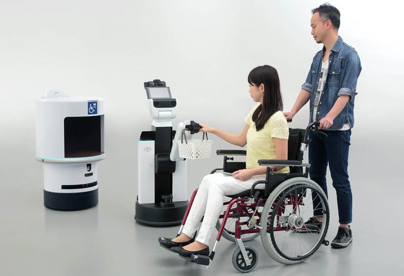 En la imagen, los robots de asistencia a personas en silla de ruedas y de asistencia en reparto de Toyota que se utilizarán en los Juegos Olímpicos de Tokio 2020.
