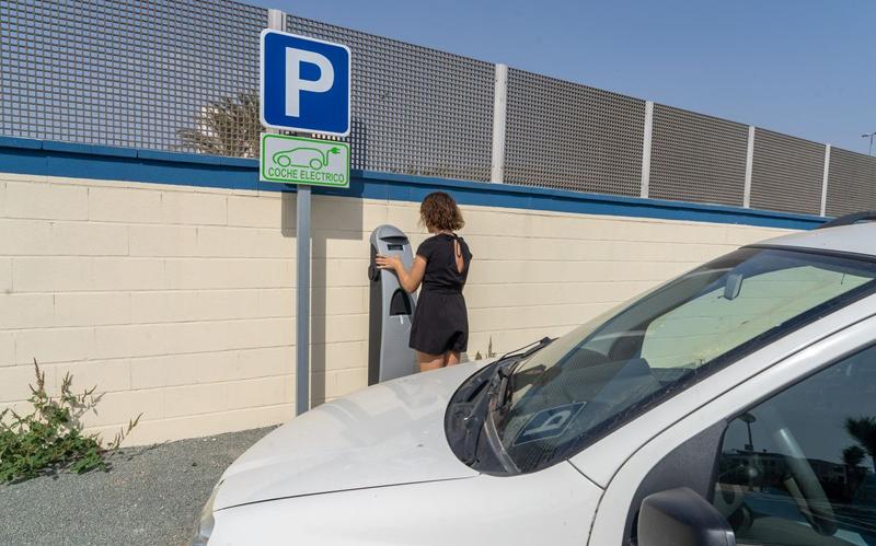 Uno de los dos nuevos postes de recarga que ofrecen energía gratuita para alimentar a los vehículos eléctricos. Foto: Felipe G. Pagán, Ayto. Cartagena.