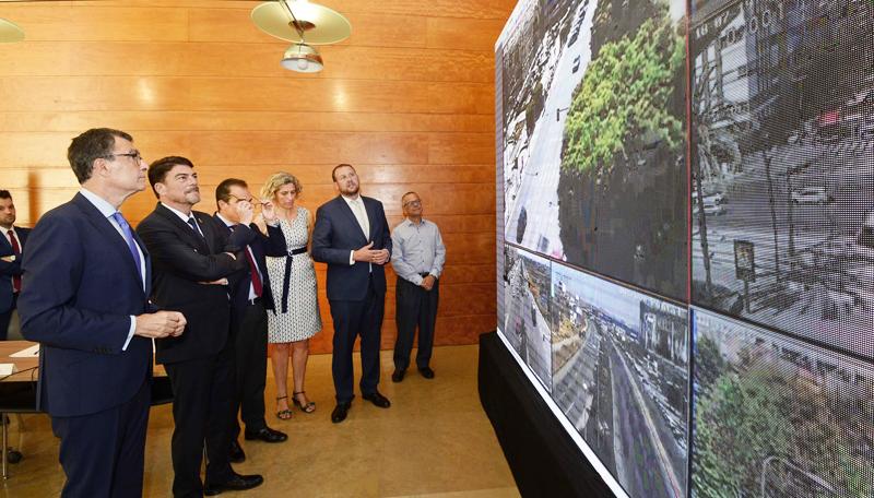 El alcalde de Murcia, José Ballesta, muestra algunas de las líneas de actuación del proyecto de Ciudad Inteligente 'MiMurcia' al alcalde de Alicante, Luis Barcala.