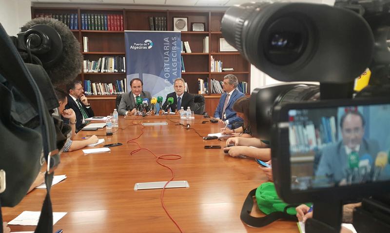 El presidente de Puertos del Estado, Salvador de la Encina, acompañado por el presidente de la Autoridad Portuaria de la Bahía de Algeciras, Gerardo Landaluce, en rueda de prensa.