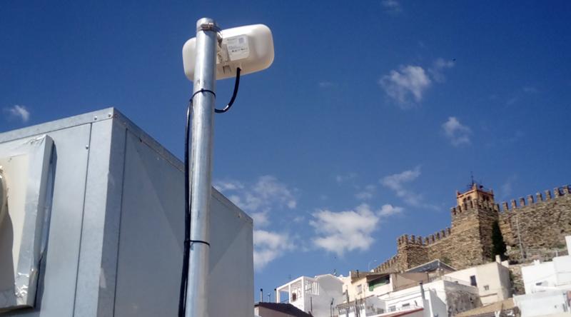 Una de las antenas instaladas en Serón (Almería) para proveer al pueblo de una red de telecomunicaciones inalámbrica.