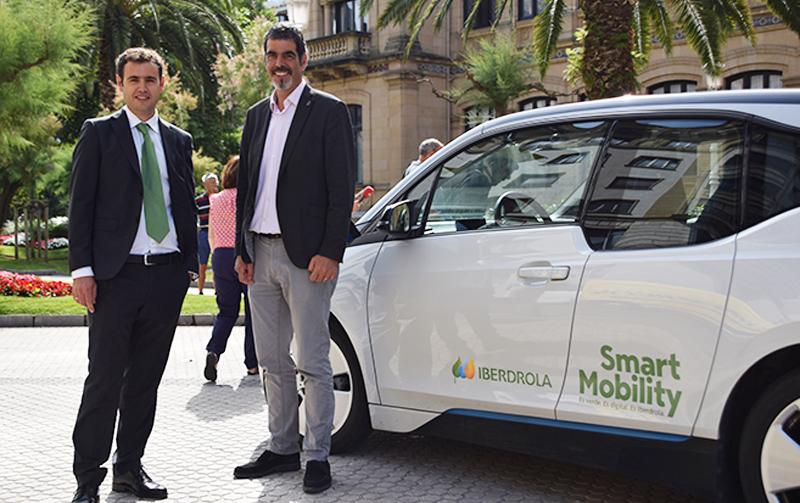 El alcalde de Donosti, Eneko Goia, y David Martinez, delegado comercial de la zona norte de Iberdrola, firmaron el convenio por el que se instalarán cinco estaciones de carga gratuita en San Sebastián.