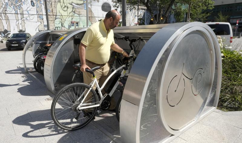 El aparcabicis cerrado y con videovigilancia que funciona con energía solar y eólica se probará en Santander durante seis meses en el marco del proyecto europeo Synchronicity.