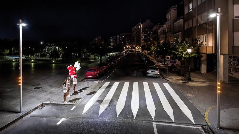Paso de peatones con el sistema Prudenza de Setga, que integra módulos ópticos LED interactivos junto a sistemas de balizamiento intermitente con destelladores ámbar.