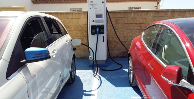 La estación de recarga rápida de Aracena tiene dos enchufes y es apta para todo tipo de vehículos eléctricos.