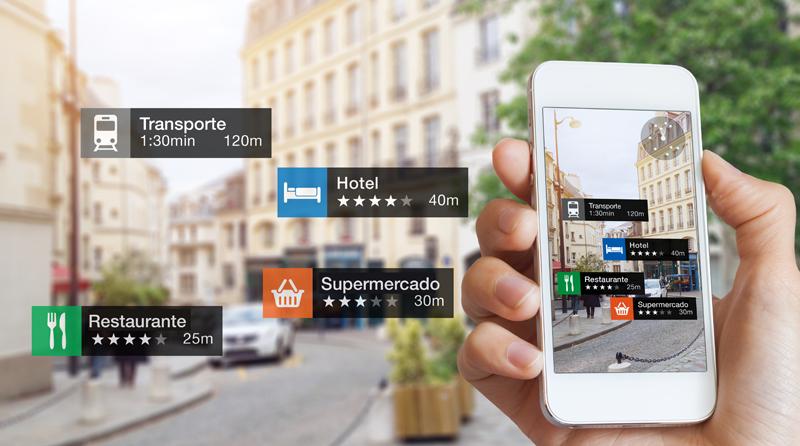 Teléfono móvil con información sobre transportes, restaurantes, hoteles, etc. sobre el fondo de una calle de una ciudad.