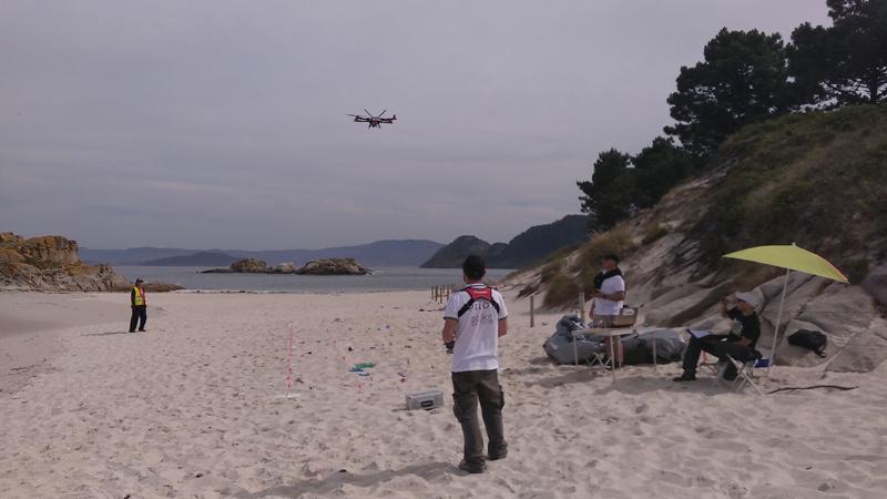 """Pruebas de vuelo con dron en las playas de las islas Cíes dentro del proyecto """"LitterDrone""""."""