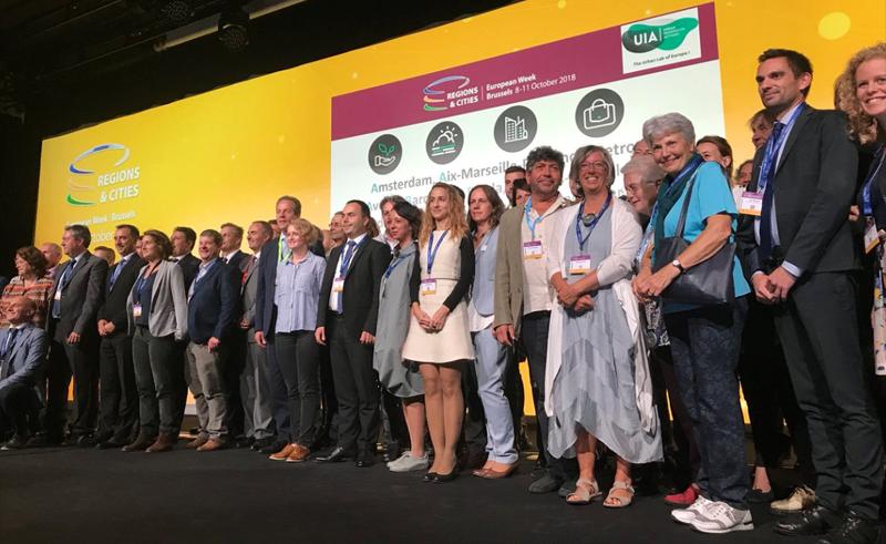 Foto de familia de los representantes de las ciudades seleccionadas en la anterior convocatoria de Acciones Urbanas Innovadoras (UIA).