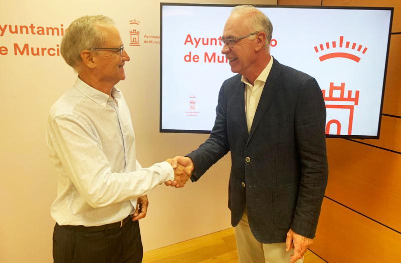 El presidente de la Asociación de Aparcamientos de Murcia, José Fuentes, y el concejal de Desarrollo Sostenible y Huerta, Antonio Navarro, han firmado el acuerdo por el que los vehículos eléctricos tienen una hora gratis en todos los aparcamientos públicos.