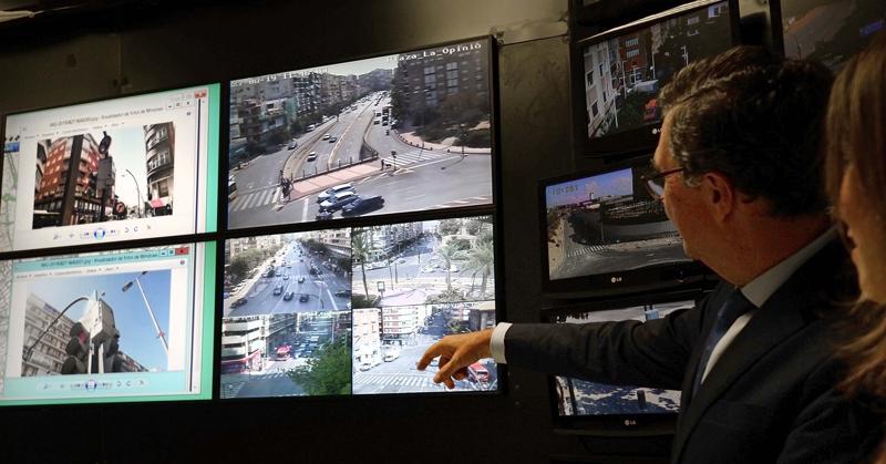 el alcalde de Murcia señala varias pantallas con imágenes de tráfico de la ciudad