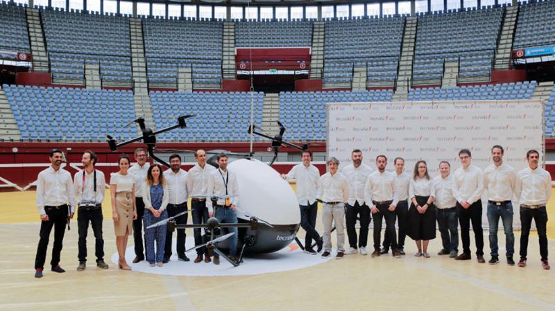 Parte del equipo de 25 profesionales de distinto perfil que han participado en el desarrollo del prototipo de taxi volador.