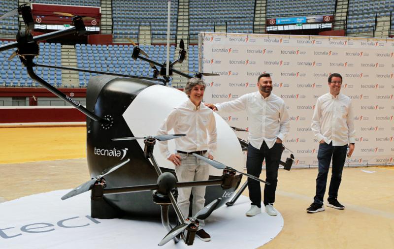 Iñaki Iglesias, responsable de desarrollo de Tecnalia, Agustín J. Sáenz, subdirector general de Mercado de Tecnalia y Joseba Lasa, uno de los responsables del desarrollo del aerotaxi presentaron las características de la aeronave.