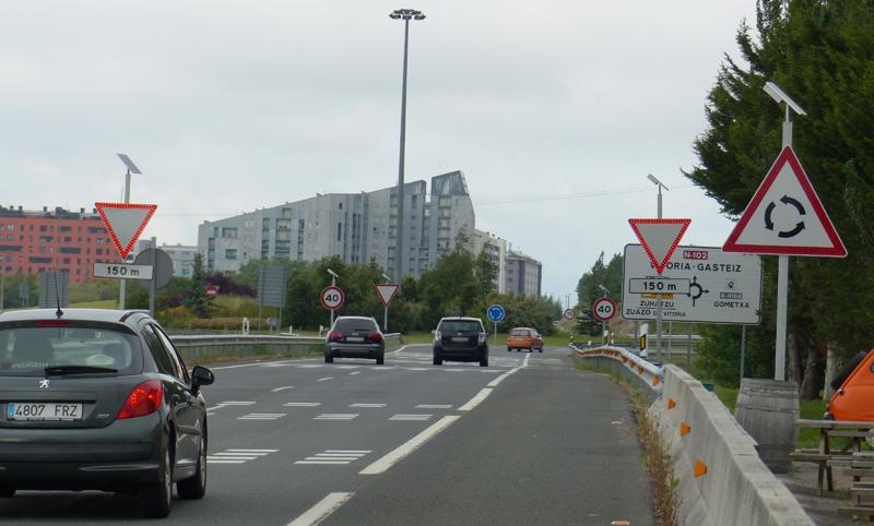 carrretera Vitoria-Gasteiz con las señalizaciones led en funcionamiento