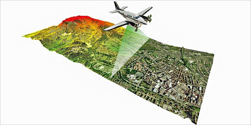 Infografía que muestra el vuelo de un avión sobre superficie de campo.