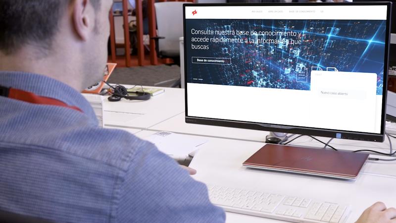 Un hombre delante de la pantalla del ordenador con el asistente virtual de Cepsa abierto.
