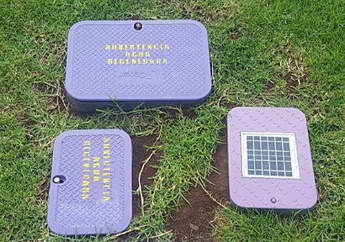 Figura 3. Ejemplo de la instalación del hardware Smart dentro de la arqueta con panel solar (esquina inferior derecha).