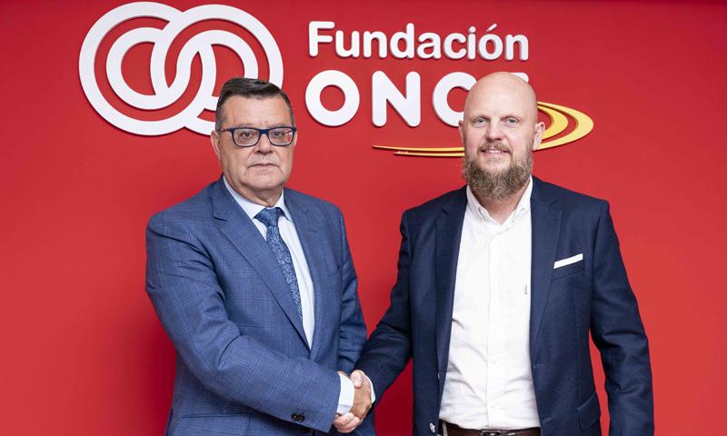 José Luis Martínez Donoso, director general de Fundación ONCE, y Stefan Junestrand, director general de Grupo Tecma Red, durante la firma del acuerdo de colaboración para promover la diversidad mediante la aplicación de las tecnologías al turismo.