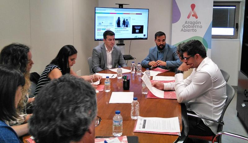 Reunión en torno a una mesa entre los participantes del Programa de Residencias de Innovación Ciudadana y el director del Laboratorio de Aragón [Gobierno] Abierto.