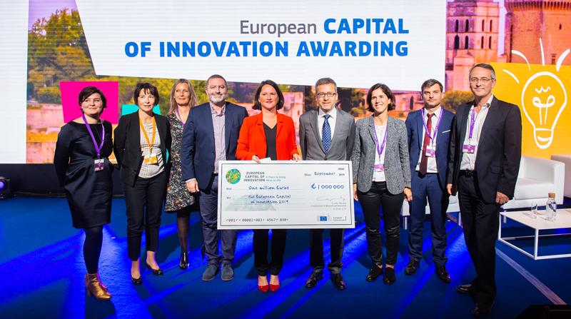 La alcaldesa de Nantes, junto a otras personas, posa con el cheque simbólico de un millón de euros, premio que recibe como Capital Europea de la Innovación 2019.