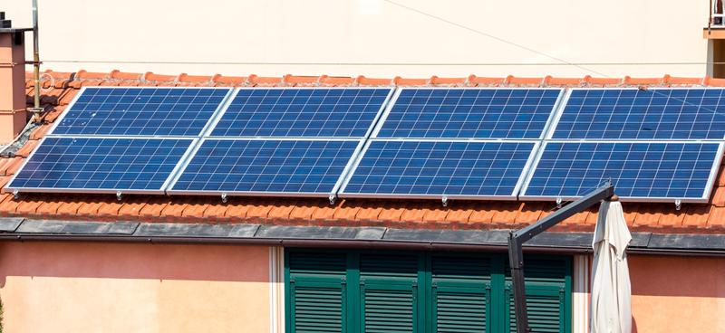 Placas solares fotovoltaicas instaladas en el tejado de la comunidad de Torre Altamira, en Palencia