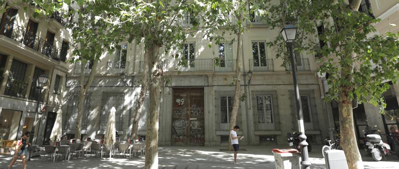 Fachada y plaza delantera del Palacio de la Duquesa de Sueca (Madrid)