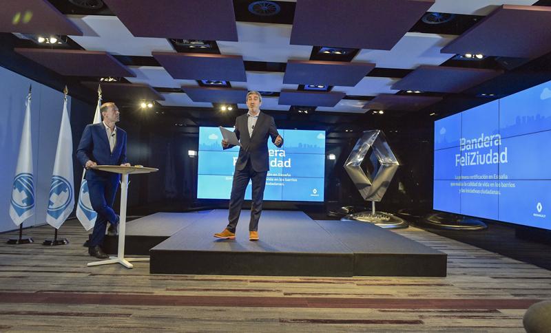 sobre un escenario, dos directivos de Renault y EIT InnoEnergy