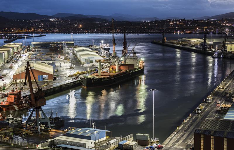 Vista parcial del puerto de Bilbao de noche en uno de sus entrantes con un buque atracado
