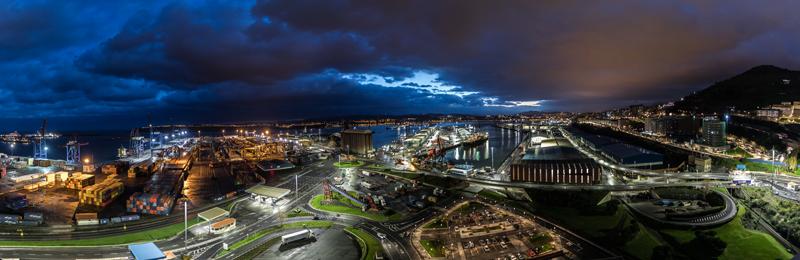 Panorámica general de todo el puerto de Bilbao iluminado y de noche