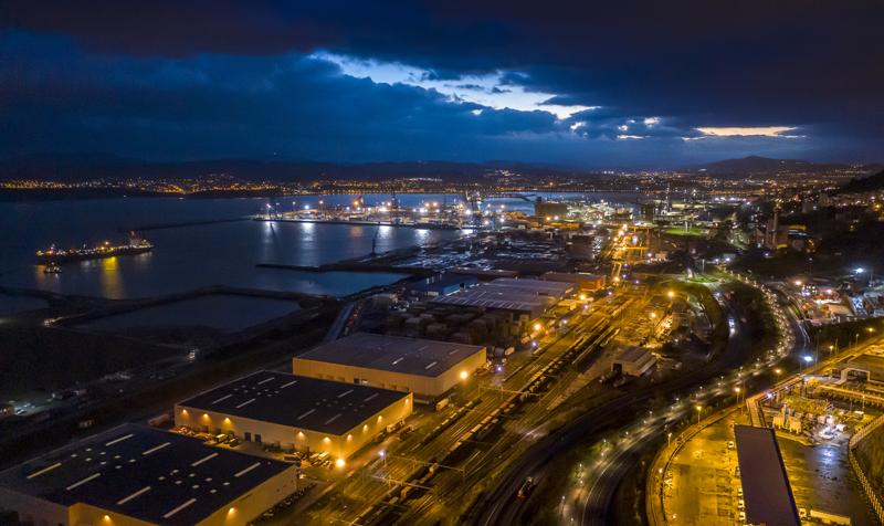 Vista de casi todo el puerto de Bilbao desde arriba y de noche.