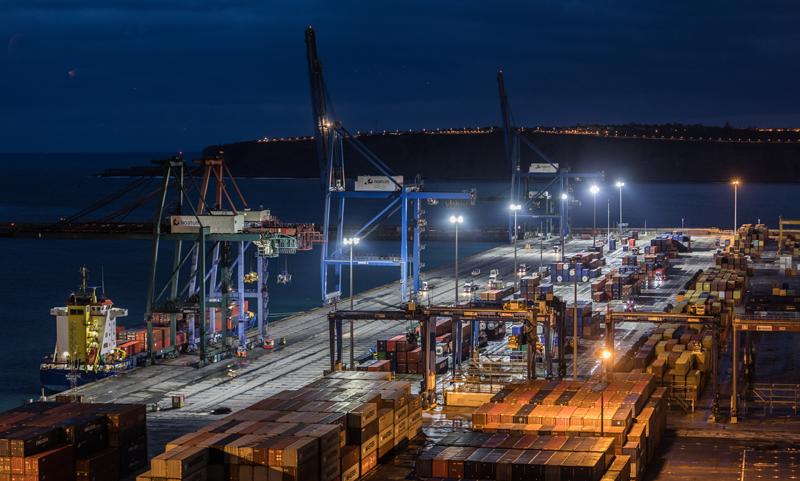 Zona de descarga de contenedores procedentes de los buques que atracan en el Puerto de Bilbao, el nodo de transportes más importante del Golfo de Vizcaya.