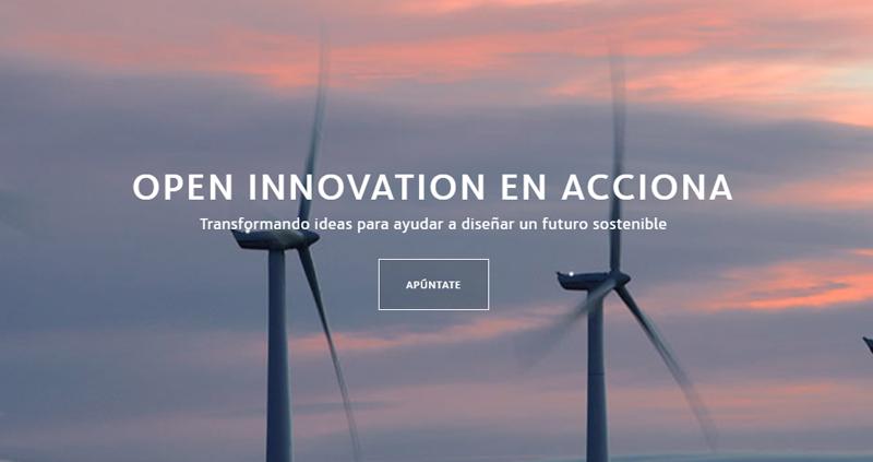"""Inicio de la página web de la plataforma de innovación de Acciona, con un fondo que es un cielo y dos aerogeneradores en funcionamiento y el texto sobreimpreso """"Open Innovation en Acciona"""" con el letrero debajo """"Apúntante""""."""