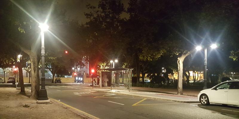Calle de Valencia iluminada por la noche.