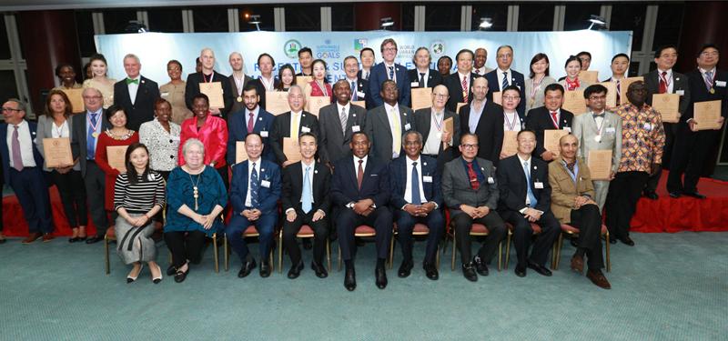 """Foto de familia con los premiados en el """"Global Forum on Human Settlements"""" celebrado en Addis Abeba, Etiopía. En el centro, de pie en la última fila, el alcalde de Vitoria-Gasteiz, una de las ciudades premiadas."""