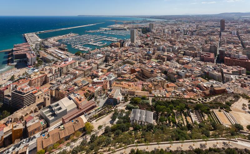Vista aérea del puerto de Alicante y parte de la ciudad.