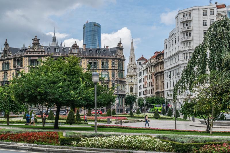 Imagen de una plaza y edificios del centro de Bilbao.