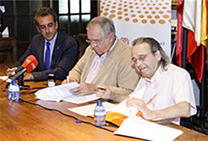 Figura 2. Firma del convenio entre el Ayuntamiento de Santillana del Mar y CENTAC.