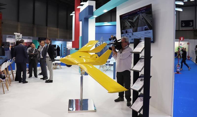 Un stand con un dron que forma parte de un sistema de vigilancia y seguridad de carreteras.