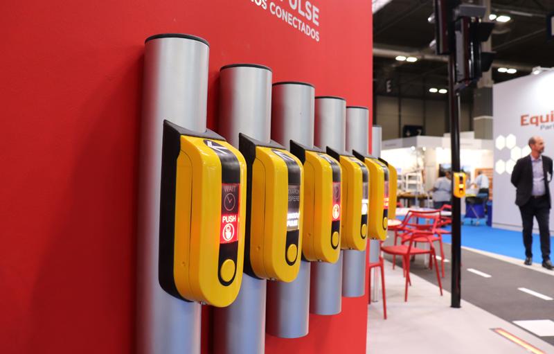 Semáforo inteligente con pulsadores que incluyen sistema braille para personas invidentes.