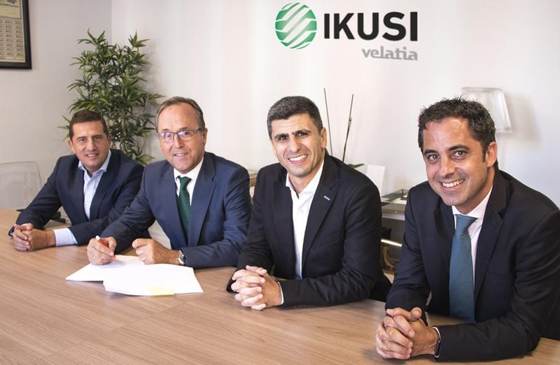 Los directivos de ambas empresas, durante la firma del acuerdo de adquisición de Aryse por parte de Ikusi.