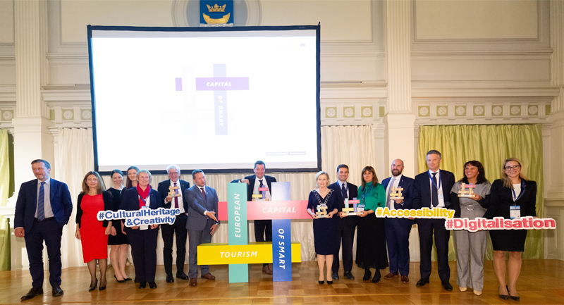 Foto de familia de premiados en la ceremonia de entrega de premios de la iniciativa Capital Europea de Turismo Inteligente 2020.