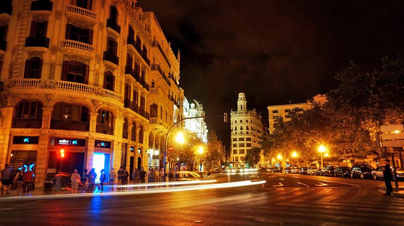 Calle de Valencia con iluminación nocturna.
