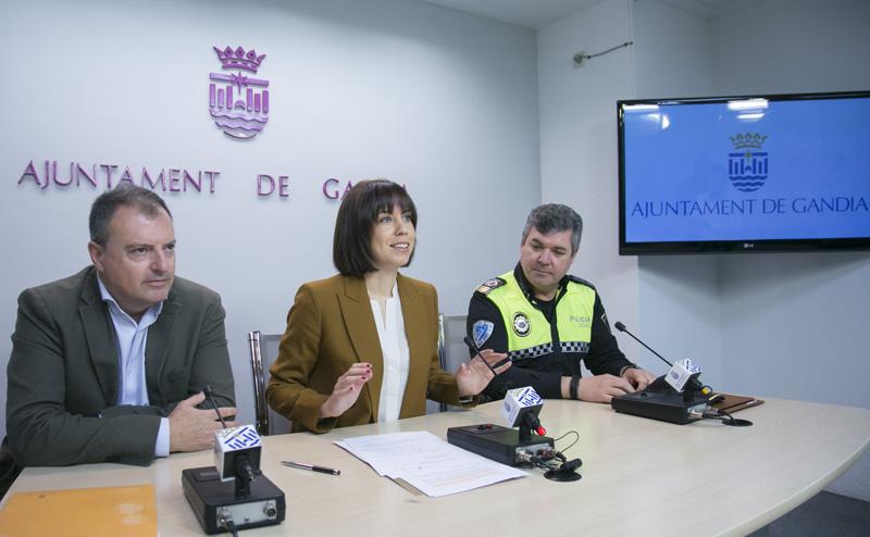 La alcaldesa de Gandía, Diana Morant; junto al jefe de servicio de Promoción Económica, Innovación y Turismo, Carlos Marco; y el intendente de la Policía Local de Gandía, Salvador Morant