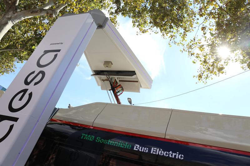 Pantógrafo para recargar autobús eléctrico en Barcelona