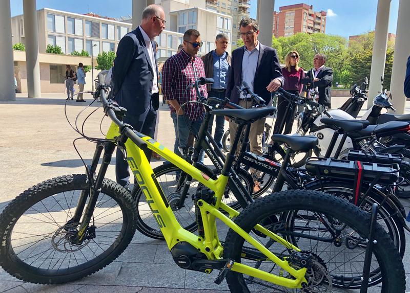 Alcalde de Murcia junto a bicicletas eléctricas